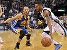 Mike Conley (vpravo) z Memphisu se zkouší protáhnout kolem bránícího Stephena Curryho z Golden State.