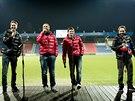 Pavel Horv�th a V�clav Pila� (druh� a t�et� zleva)  na v�no�n� rozlu�ce plze�sk�ch fotbalist� pobavili moder�tory i fanou�ky v hledi�ti.