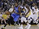 Kevin Durant (vlevo) z týmu Oklahoma utíká obraně Golden State Warriors. Nahánějí ho Draymond Green a Andre Iguodala (vpravo).