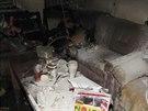 Hasiči likvidují požár v rodinném domě.