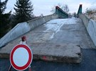 Ukradenou dod�vku s n�meckou registra�n� zna�kou pron�sledovalo 17 policejn�ch aut. Zastavil ji a� rozestav�n� most ve Velvarech (11.12.2014)