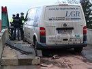 Ukradenou dodávku s německou registrační značkou pronásledovalo 17 policejních aut. Zastavil ji až rozestavěný most ve Velvarech (11.12.2014)