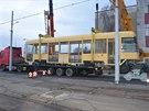 V opravnách dopravního podniku v Hostivaři se postarají o kompletaci nové jednočlánkové bezbariérové tramvaje. (11.12.2014)
