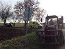 Peugeot u středočeských Nehvizd nezvládl předjíždění traktoru, vyjel ze silnice a narazil do stromu. (17.12.2014)