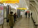 V místech, kde se na nástupišti metra Anděl staví bezbariérový vstup, vznikla zeď, na níž lidé píší básničky a různé vzkazy.