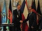 Ministr obrany Martin Stropnický při jednání s afghánským ministrem obrany Enayatullahem Nazarim.