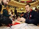 Podpis, pros�m, sem, ukazuje fanou�ek hokejov�mu �to�n�kovi Janu Kov��ovi