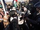 Podle svědků šel abú Ajn v čele skupiny několika desítek Palestinců a jako první se dostal do střetu s vojákem (10. prosince)