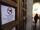 Zbraně zakázány, varuje cedule na vstupních dveřích do divadla. Ve vyhrocené situaci na východě Ukrajiny se však ozbrojenci na představení vždy dostanou.