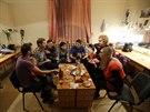 Po úspěšném představení si herci vždy najdou čas na společnou večeři.