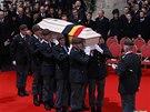 Vojáci nesou rakev s ostatky královny Fabioly během smutečního obřadu v katedrále sv. Michala a Guduly.