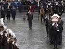 Vojáci vnáší rakev s ostatky královny Fabioly do katedrály sv. Michala a Guduly.