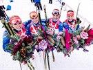 DŮVOD K ÚSMĚVU. Štafeta českých biatlonistek dojela v Hochfilzenu třetí. Zleva Gabriela Soukalová, Eva Puskarčíková, Jitka Landová a Veronika Vítková.