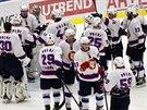 Kladenští hokejisté v retro dresech oslavují výhru nad Jihlavou.