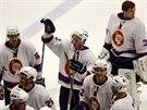 Hokejisté Kladna v retro dresech oslavují výhru nad Jihlavou.