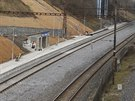 Nová železniční zastávka na pražském Kačerově. Kolej vpravo je zkušební trať metra. V pozadí most severojižní magistrály. Foceno z mostu, po němž jezdí v tubusu linka C metra.