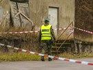 Okolí areálu s muničními sklady u Vrbětic střeží desítky policistů. (8. prosince 2014)