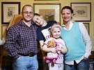Jan, Pepík, Anička a Eva Příhodovi ve svém obývacím pokoji.