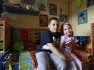 Sedmiletý Pepík Příhoda se svou tříletou sestrou Aničkou Příhodovou v jejich společném pokojíčku.