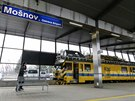 Vítejte na novém nádraží v Mošnově, koleje spojují letiště se Studénkou a dále se železniční sítí. (16. prosince 2014)
