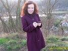 Pohřešovaná žena na sobě měla tento fialový kabát.