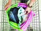 Uvnitř pytle je pružný rozdělovač, který udrží barevné a bílé prádlo oddělené.
