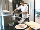 Šéfkuchař Ondřej Koráb odtajnil pro čtenáře iDNES.cz svůj recept na krémovou rybí polévku v kuchyni prezidentského apartmá hotelu Mark Luxury.
