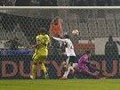 Cenk Tosun z Besiktase Istanbul  střílí gól do sítě Tottenhamu Hotspur v utkání Evropské ligy.