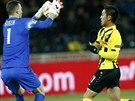 Spar�ansk� brank�� Marek �t�ch zasahuje p�ed Yuya Kubo z Young Boys Bern v utk�n� Evropsk� ligy.