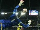 Sparťanský brankář Marek Štěch se marně natahuje po ráně Guillaume Hoarau z Young Boys Bern z penalty.