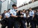 Hongkongská policie likviduje tábor demonstrantů v centru města. Ty, kteří odmítli odejít, pozatýkala.