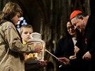 Skauti přivezli do svatovítské katedrály betlémské světlo. Převzal ho kardinál Dominik Duka (19. prosince 2014)