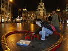 P��mo pod sochou svat�ho V�clava na pra�sk�m V�clavsk�m n�m�st� skl�daj� lid� srdce z ho��c�ch sv��ek na pam�tku v�ro�� �mrt� exprezidenta V�clava Havla.