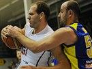 Jakub Houška z Děčína drží míč, brání ho Admir Alič z Ústí nad Labem.