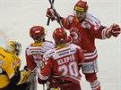 Litvínovský brankář Pavel Francouz kapituloval, hokejisté Třince slaví gól.