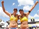 Plážové volejbalistky Martina Bonnerová (vpravo) s Barborou Hermannovou slaví v jihoafrickém Mangaungu postup do finále.