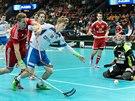 Český útočník Ondřej Mikeš (18) bojuje o míček.