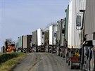 Materiál pro budování dvou stanových městeček a mobilního velitelství nedaleko muničních skladů přivezly desítky vojenských kamionů.