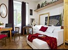 Žižkovský byt má 70 m2, dvě obytné místnosti, krásné dubové parketové podlahy a půvabné vintage kousky nábytku.