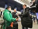 První cestující a fanoušci železnice v obložení polských novinářů.
