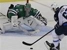 Michael Frolík z Winnipegu v šanci před gólmanem Jussim Rynnasem z Dallasu.