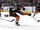 Ryan Kesler z Anaheimu nap�ahuje ke g�lov� tref� v z�pase s Edmontonem.