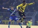 Ricardo Rodriguez (vlevo) z Wolfsburgu v souboji s Pierreem-Emerickem Aubameyangem z Dortmundu.