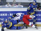 �esk� hokejista Michal Kempn� po st�etu se �v�dem Martinem Thornbergem (vlevo). P�ihl�� Staffan Kronwall.