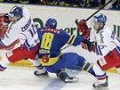 Čeští hokejisté Roman Červenka (vlevo) a Vladimírr Sobotka v souboji s Antonem Rodinem z týmu Švédska.,