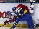 Švédský hokejista Daniel Rahimi ostře atakuje českého útočníka Jakuba Klepiše.