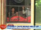 Záběr z kamery na přepadenou kavárnu Lindt v centru Sydney, kde neznámí ozbrojenci drží několik rukojmích.
