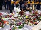 K pietnímu místu na Martin Place položili květiny i australský premiér Tony Abbott s manželkou.