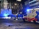 Muž, který se v noci na Václavském náměstí polil hořlavinou a zapálil, je v kritickém stavu v nemocnici.