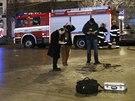 Zapáleného muže se snažili kolemjdoucí uhasit bundami.